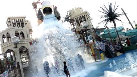 Yas Waterworld Abu Dhabi - Wave Pool
